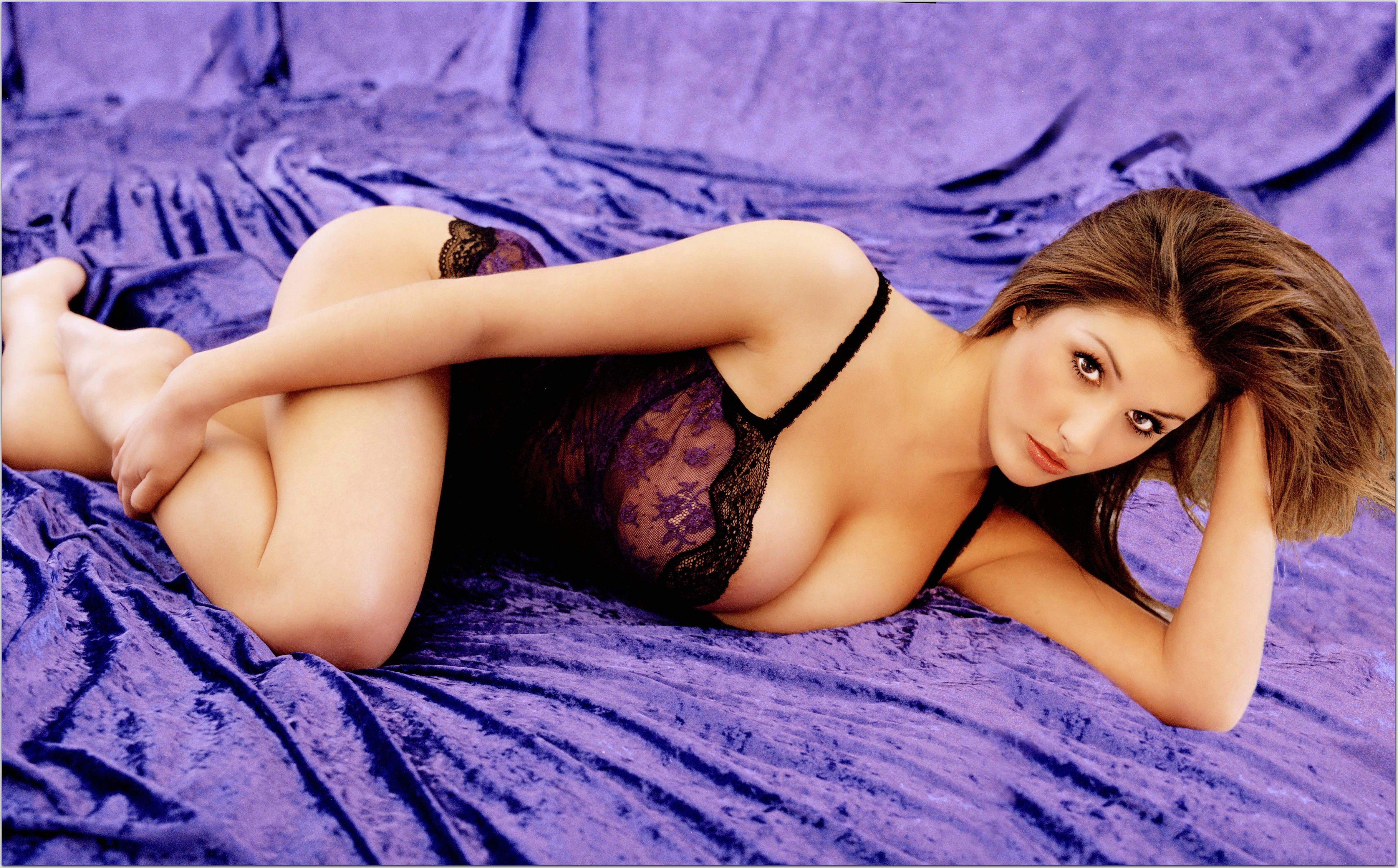 Красивая голи девушка